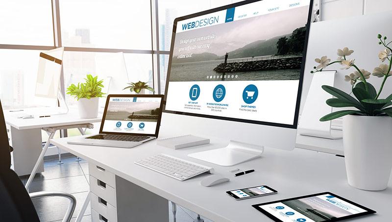 Divers supports informatiques sur un bureau blanc